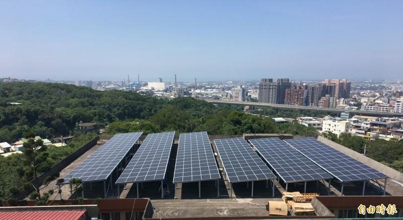 新竹市政府這幾年在公有地架設太陽能光電板的情形頗具成效,但對於市府要在海山漁港設太陽能板,憂心影響候鳥黑面琵鷺的棲息與生態。圖為學校屋頂種電情形。(記者洪美秀攝)