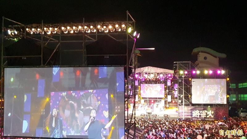 2020將軍火音樂節昨晚熱鬧開唱,台南市長黃偉哲與金曲情歌天后萬芳合唱「愛情限時批」,為活動掀起最高潮。(記者王涵平攝)