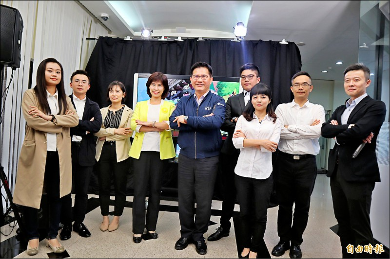 高公局交通管理組7位員工組成國道路況播報團隊,將在連假直播路況。(記者周湘芸攝)
