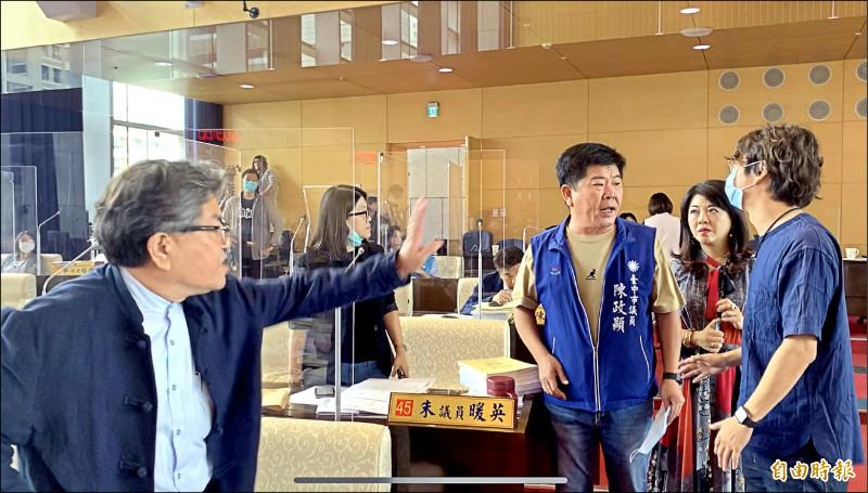 台中市議會大會首日一開始即因變更議事程序,國、民兩黨議員爆發言語衝突。(記者蔡淑媛攝)