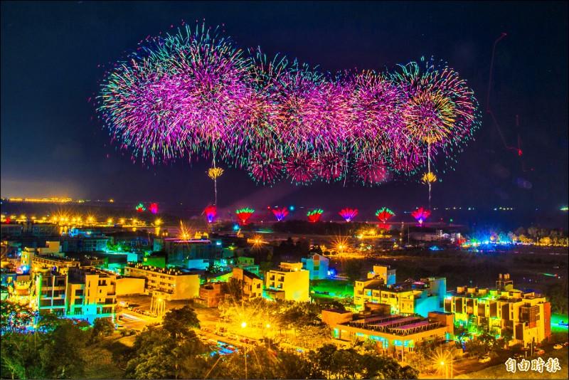 國慶籌委會昨晚於安平進行800顆煙火測試施放。(記者張忠義攝)