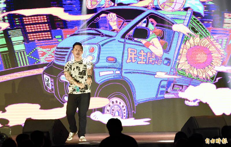 民進黨27日在松山文創園區舉辦「民主開唱音樂會」,邀請歌手Dwagie大支(見圖)等開唱民主金曲。(記者羅沛德攝)