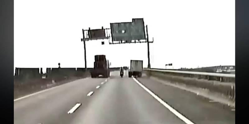 重機騎士行駛台88號快速公路被畫面右方的小貨車惡意逼車,最後從路肩切入右側超車擦撞,導致騎士翻車。(圖擷取自「重機車友▕ 各區路況、天氣回報中心」臉書社團影片)