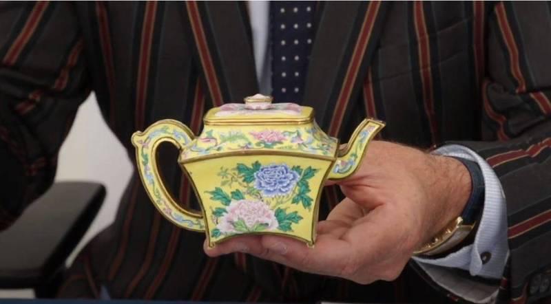 英國一戶人家在車庫裡發現的酒器,竟然是乾隆年間的葡萄酒壺,最後以50萬美元(約新台幣1463萬元)售出。(圖擷自「Hansons Auctioneers」YouTube)