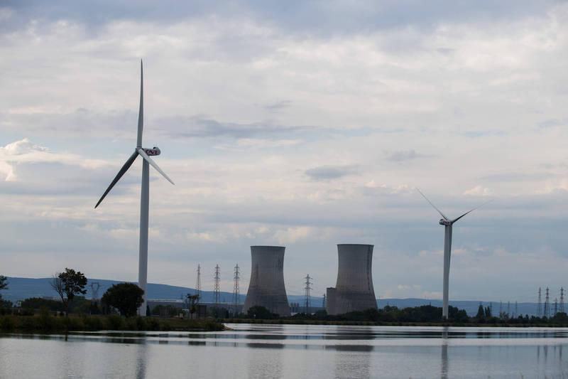 法國核能專家施耐德率領的國際研究團隊在近日發表《2020年世界核能產業現狀報告》,報告指出核能發電的效能持續降低,去年再生能源的發電量首度超越核能發電,再生能源的發電成本也遠低於核能發電。(彭博)