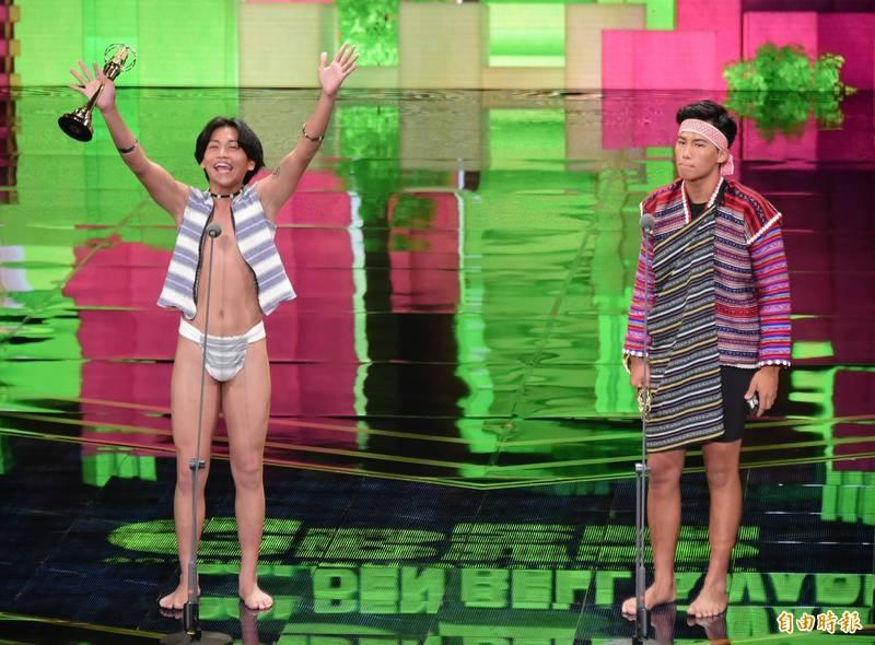 原住民電視台主持人Buya(右)與Pangoyod(左)榮獲第55屆電視金鐘獎兒童少年節目主持人獎。(資料照,記者胡舜翔攝)
