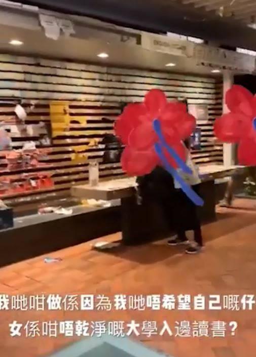 香港大學昨晚7點許闖入20多人,將校內的連儂牆、學生會旗惡意破壞,事後更將破壞過程放網路上宣傳,有恃無恐的囂張行徑令人咋舌。(圖擷取自《香港大學學生會校園電視》)