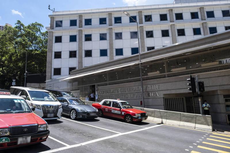 港媒報導,美國駐香港外交官若要會見香港政府官員,或是任何教育機構、社團人士,都必須獲得中國外交部駐港特派員公署批准。圖為美國駐香港總領事館。(彭博檔案照)