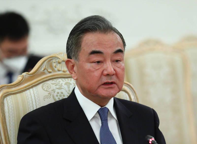 中國外交部長王毅(圖中)預計下個月出訪日本,與日本外務大臣茂木敏充會面,也有可能拜會新任首相菅義偉。(歐新社)