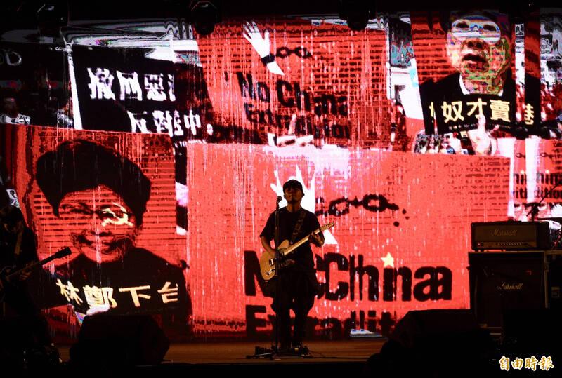 民進黨慶祝九二八創黨卅四週年,27日在松山文創園區舉辦「民主開唱音樂會」,邀請滅火器樂團(見圖)等開唱。(記者羅沛德攝)