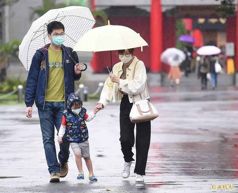 明日北台灣一整天濕濕涼涼,北部及宜蘭有陣雨並有局部大雨發生的機率,中部及花東則有局部短暫陣雨,南部地區為多雲有局部午後雷陣雨的天氣。(記者陳志曲攝)