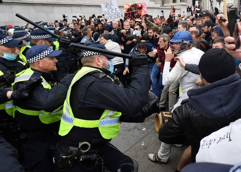 倫敦成千上萬民眾抗議防疫封鎖 9警受傷16人被捕(法新社)