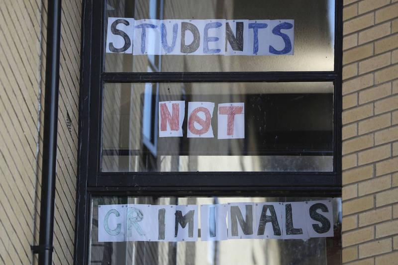英國剛開學就有32所大學傳出確診,3千學生被迫隔離。圖為格拉斯哥大學宿舍。(美聯社)