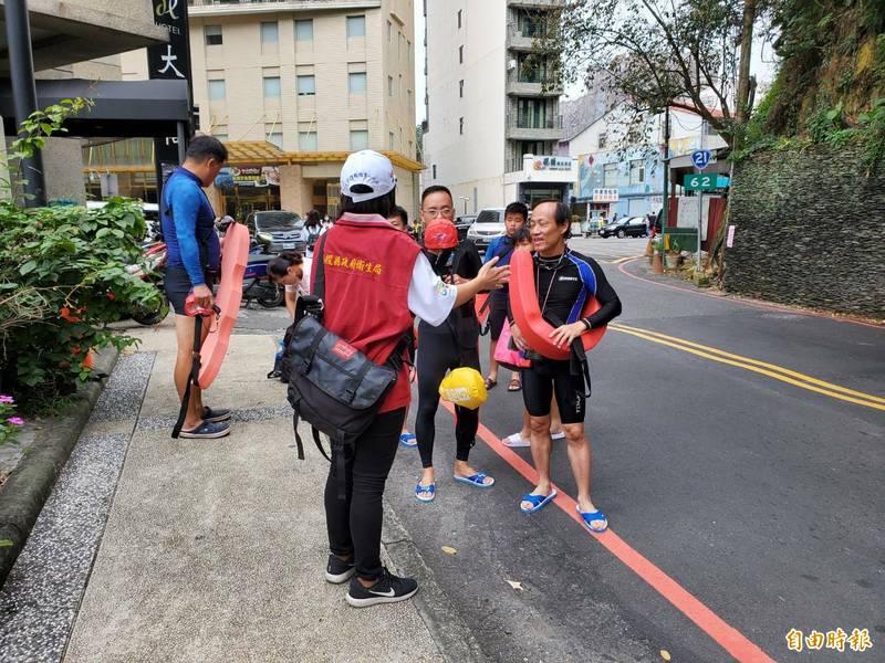 參與日月潭泳渡活動,泳客進入會場前依勸導戴口罩。(記者謝介裕攝)