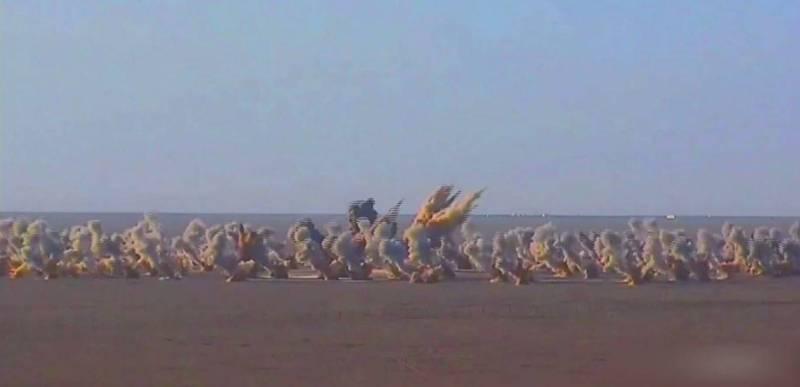 共軍官媒《解放軍報》24日發布一段中國東部戰區試射「東風飛彈」的畫面,可看見至少10枚東風-11飛彈同時發射,摧毀目標物,恫嚇台灣意味濃厚。(圖擷取自解放軍報微博)
