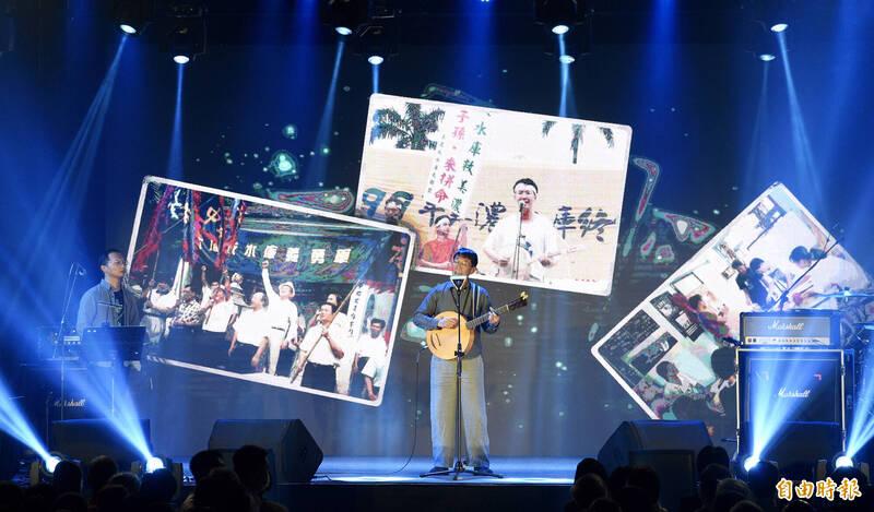 民進黨慶祝九二八創黨卅四週年,27日舉辦「民主開唱音樂會」,邀請歌手林生祥(見圖)等開唱民主金曲。(記者羅沛德攝)