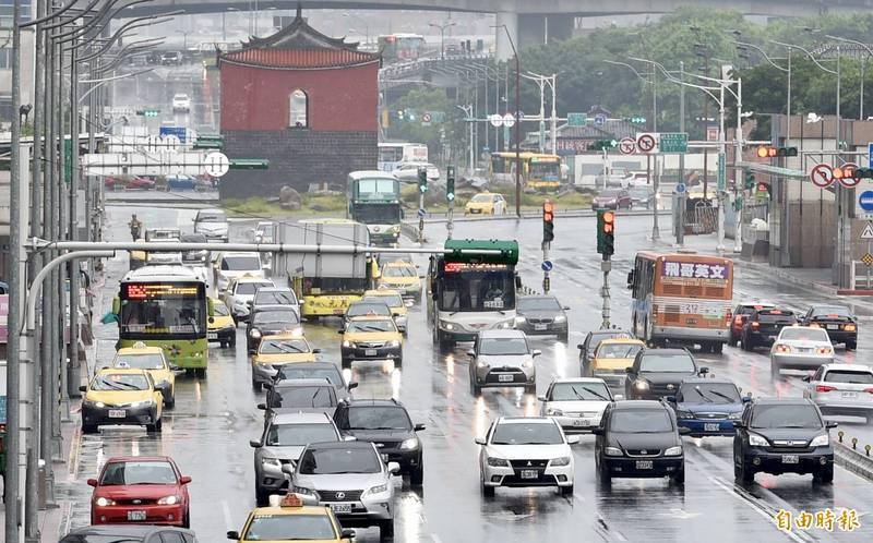 台中以北及東北部全天體感較涼,而北部及東北部地區整天都有陣雨。(資料照)