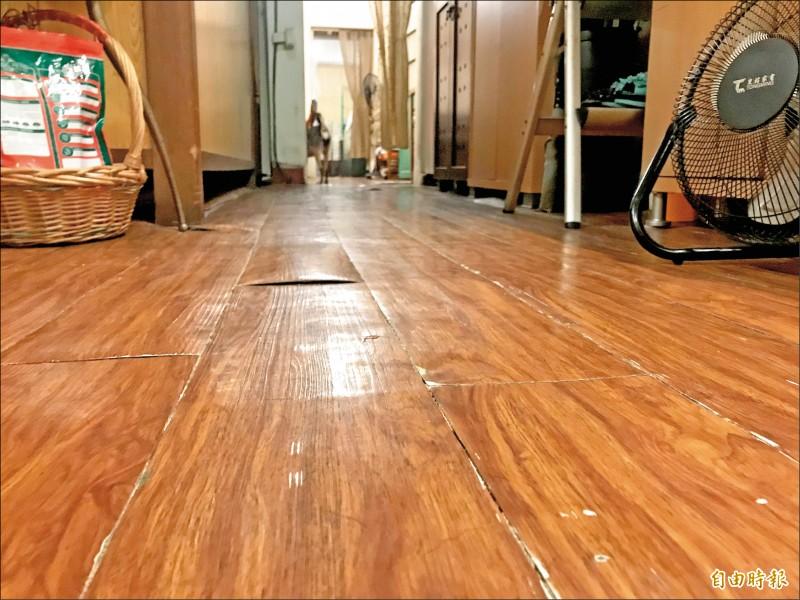 民宅地板被震裂。(記者蔡思培攝)