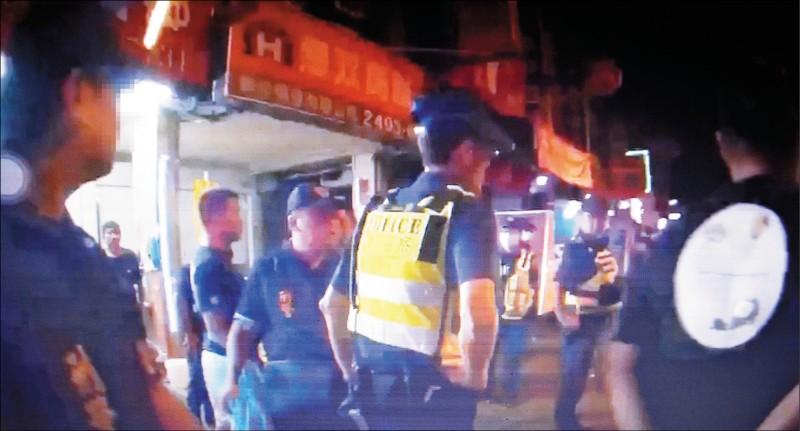 台中大里兩處檳榔攤,昨天凌晨因烤肉敬酒糾紛,演變成打人、砸店8人受傷,警方出動快打部隊到場抓人。(記者陳建志翻攝)