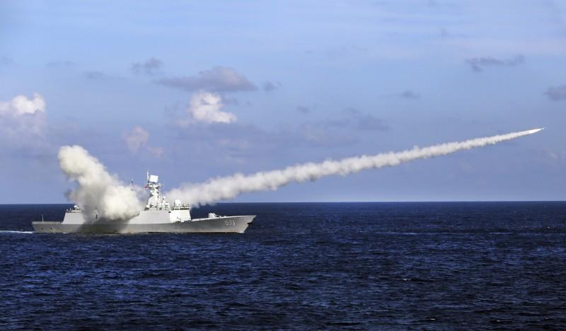 2016年7月,中國海軍飛彈護衛艦「運城號」在南海西沙群島附近水域舉行實彈演習,發射反艦飛彈。(新華社檔案照)