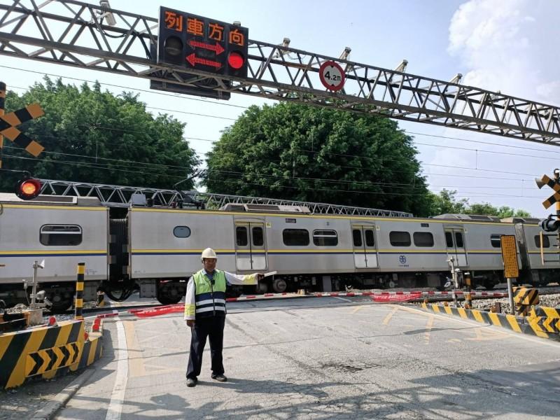 台鐵平交道事故頻傳,經常有車輛誤闖平交道,造成列車延誤,台鐵為維持人車安全通行並降低平交道事故發生,自105年起執行「鐵路行車安全改善6年計畫」。(台鐵提供)