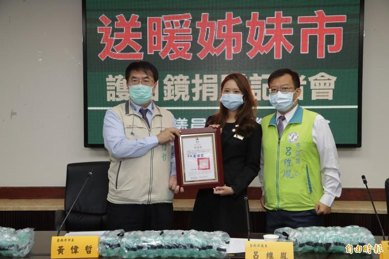 台南市長黃偉哲(左)表示,對市長聯盟即時更正會籍的善意表示歡迎。(記者蔡文居攝)