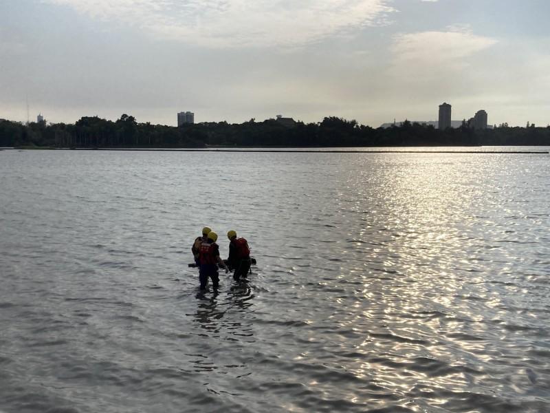 澄清湖浮出雙屍,消防人員打撈。(記者洪臣宏翻攝)