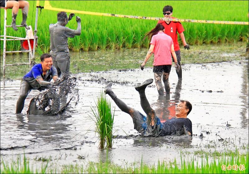 彰化二林舉辦水田比賽,參賽者為了救球摔得滿身是泥。(記者陳冠備攝)