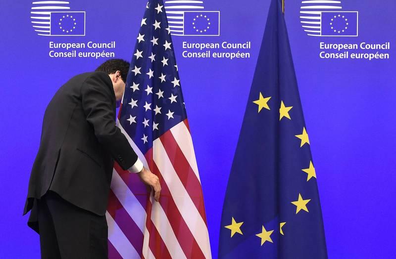 美國近日持續升高抗中態勢,德國外交部跨大西洋關係協調專員貝葉爾受訪指出,無論11月美國總統大選結果如何,歐美都必須團結一致參加「與中國的新冷戰」。圖為美國與歐盟旗幟。(法新社資料照)