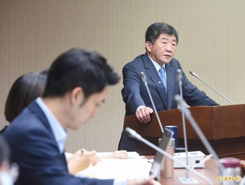 立委蔣萬安(左)質疑美豬標準不尊重專家,衛福部長陳時中(右)表示,將提供會議紀錄給立院。(記者方賓照攝)