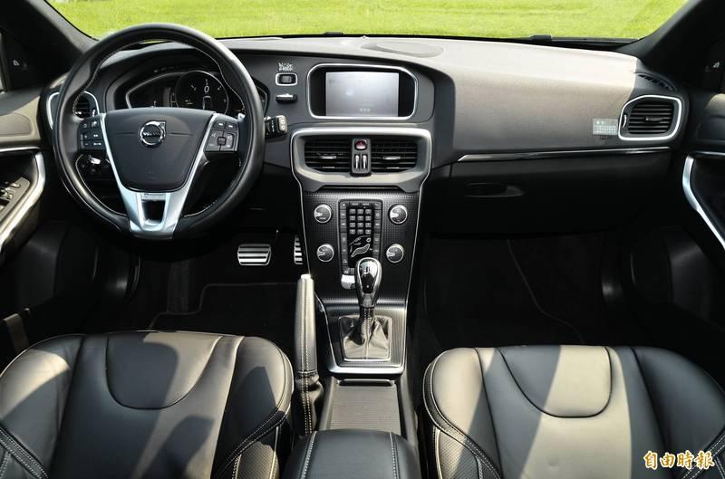 傳言指出「開車不開窗,是致命的!汽車的儀錶板、沙發、空氣濾清器會釋放苯...若停在戶外大太陽下溫度超過攝氏15.5度,苯超出允許量的40倍」,查核中心表示該傳言過於誇大,屬於「部分錯誤」訊息。(資料照)