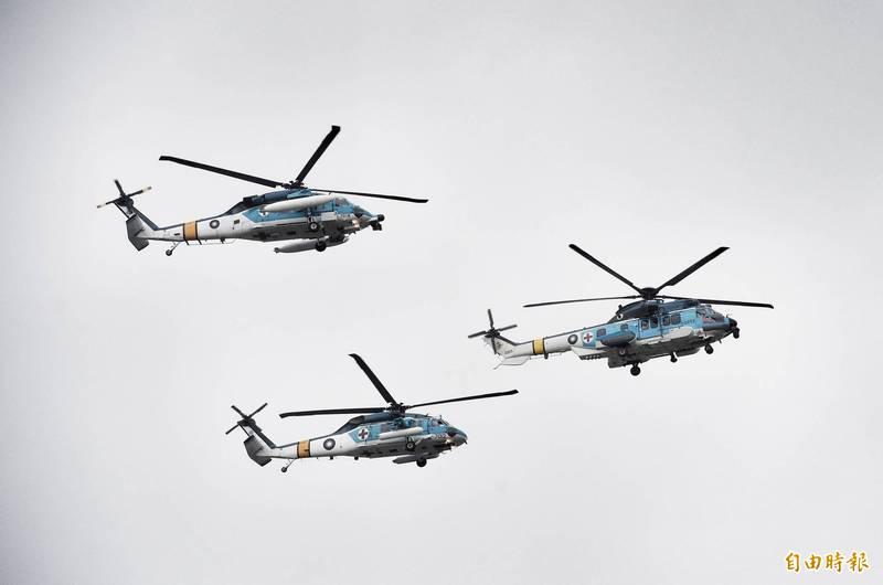 國慶空中兵力預演活動(分列式預演)原定明(29)日舉行,不過因為天候因素影響,順延至30日的同時段舉行。圖為105年國慶大會,內政部空勤總隊、空軍、陸軍航特部出動各型直升機參與空中分列式。(資料照)