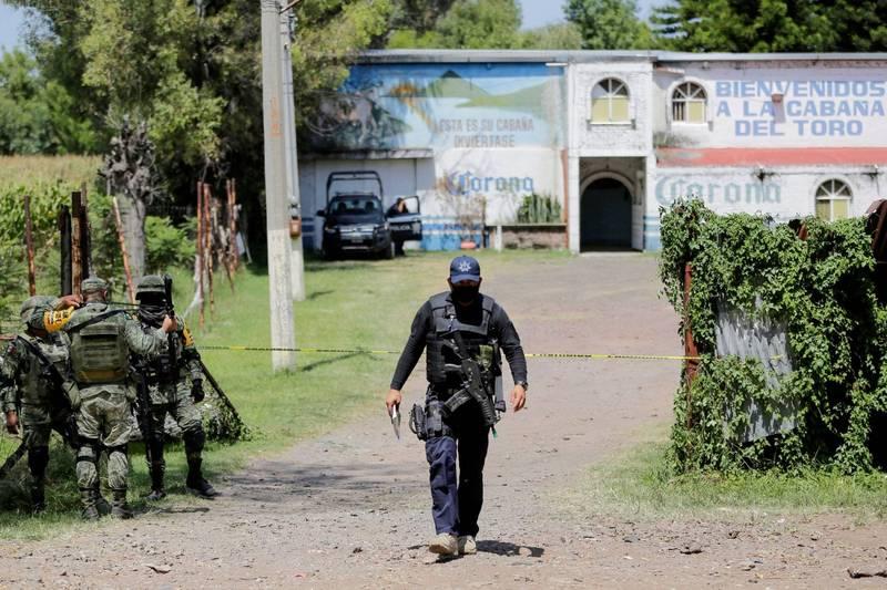 墨西哥一處酒吧發生屠殺慘案,一共有11人陳屍屋內。圖為酒吧外的軍警。(路透)