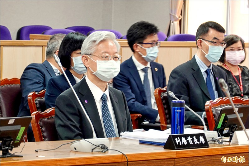 司法院秘書長林輝煌(左一)至立法院司法及法制委員會備詢,針對科技偵查法表示,最重要的是涵括「法官保留原則」。(記者陳慰慈攝)