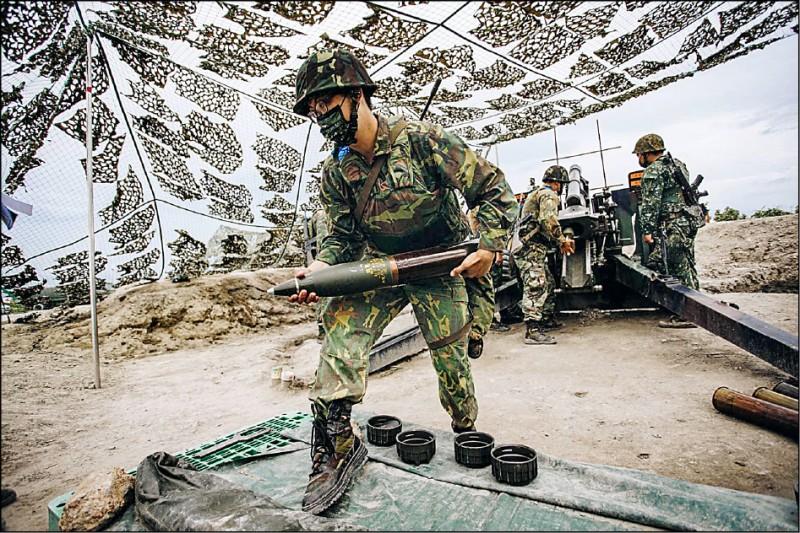 圖為後備軍人參與漢光演習火砲實彈射擊。(取自國防部發言人臉書)