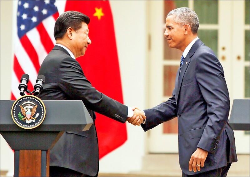 中國國家主席習近平二○一五年九月曾在白宮承諾,中國無意軍事化南沙群島。圖為習近平與時任美國總統歐巴馬在玫瑰花園召開聯合記者會。(彭博檔案照)