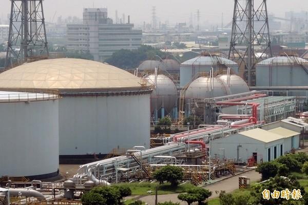 2015年底已熄燈的高雄煉油廠。(記者蔡清華攝)