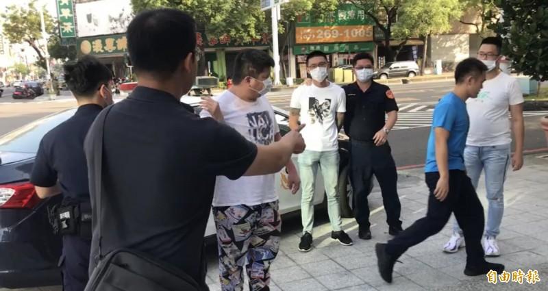 自強三路酒店遭砸,警方逮捕3名現行犯(戴口罩)。(記者黃旭磊攝)