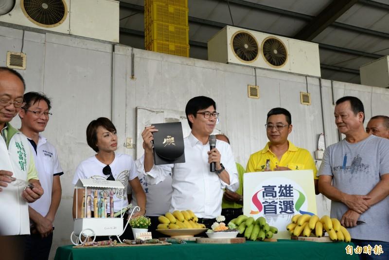 旗山當地產銷班將香蕉加工製作成文創包裝的香蕉乾,陳其邁品嚐後大力促銷。(記者許麗娟攝)
