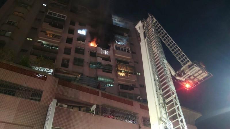 嘉義市保建街有大樓傳出火警,現場救出一名男性送醫治療。(記者林宜樟翻攝)