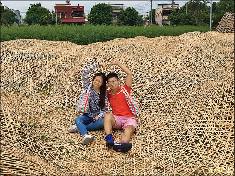 雲林巾彩耕地藝術節中秋節登場,利用竹編創作的「黃金巾」吸引許多民眾拍照。(記者黃淑莉攝)