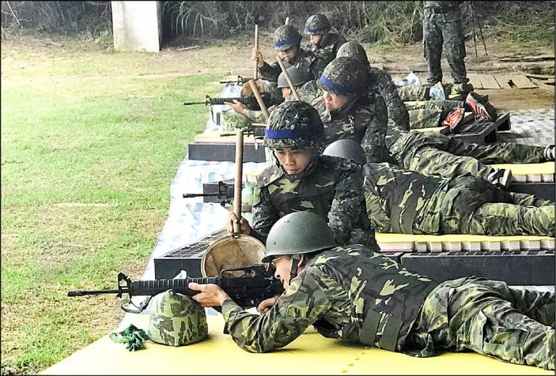 立法院預算中心近期發布報告指出,截至去年底,退伍八年內、可受召訓的軍事訓練役後備軍人,曾受召比例竟低於三成。圖為後備軍人射擊競賽。 (資料照,南區後備指揮部提供)