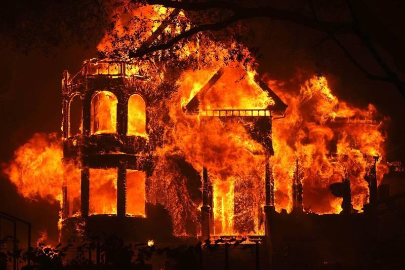 美國加州酒鄉納帕谷遭到野火吞噬。(法新社)
