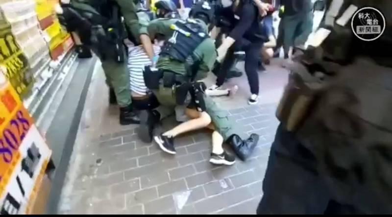 鄧炳強指,12歲女童受驚嚇跑走是「舉措可疑」,因而被港警騎身壓制。(科大電台新聞組授權提供)