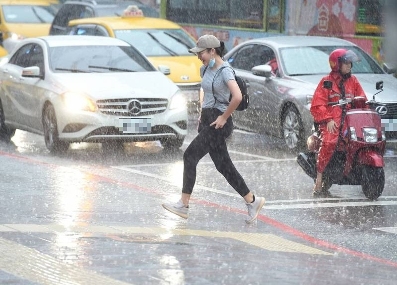 明天(30日)北部、東半部地區及中部山區不定時有短暫雨出現,其他地區雲量亦增多,午後南部山區及近山區平地有局部短暫雷陣雨,請民眾留意天氣上的變化攜帶雨具備用。(資料照)