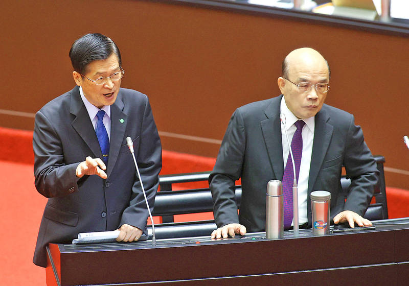 Minister of National Defense Yen De-fa, left, accompanied by Premier Su Tseng-chang, comments on US arms sales to Taiwan during a question-and-answer session at the Legislative Yuan in Taipei yesterday. Photo: CNA