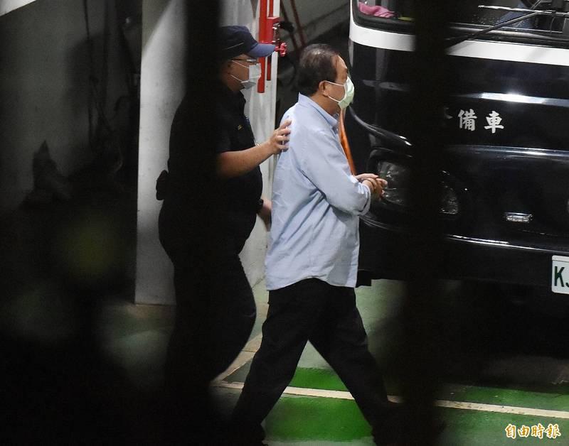 高院今天傍晚裁定蘇震清(右)抗告駁回確定,蘇震清至少收押禁見3個月,將首度在看守所過中秋節。(資料照)