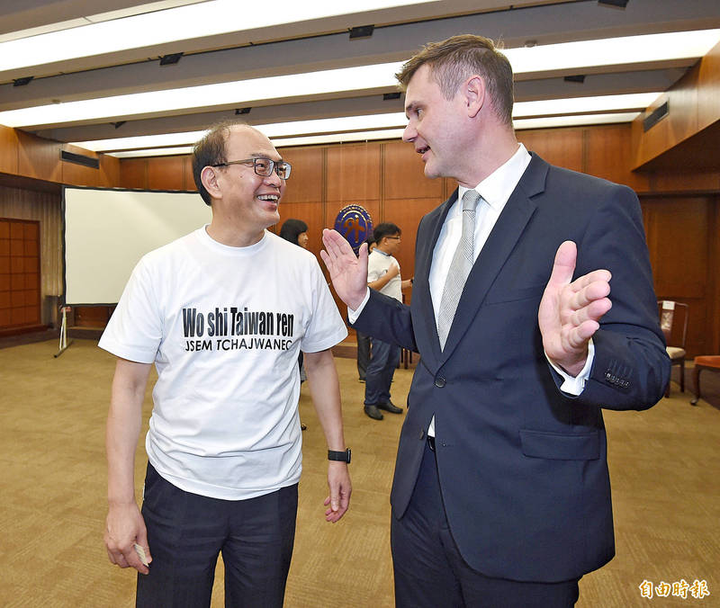 Deputy Minister of Foreign Affairs Harry Tseng, left, and Czech Economic and Cultural Office Representative Patrick Rumlar exchange opinions while attending a news conference in Taipei yesterday, at which the ministry announced 50 scholarships for Czechs to study Chinese in Taiwan. Photo: Liu Hsin-de, Taipei Times