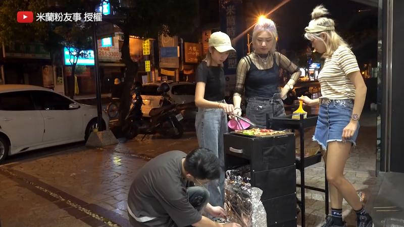 用台車改裝的烤肉架。(YouTube 米蘭粉有事 授權)