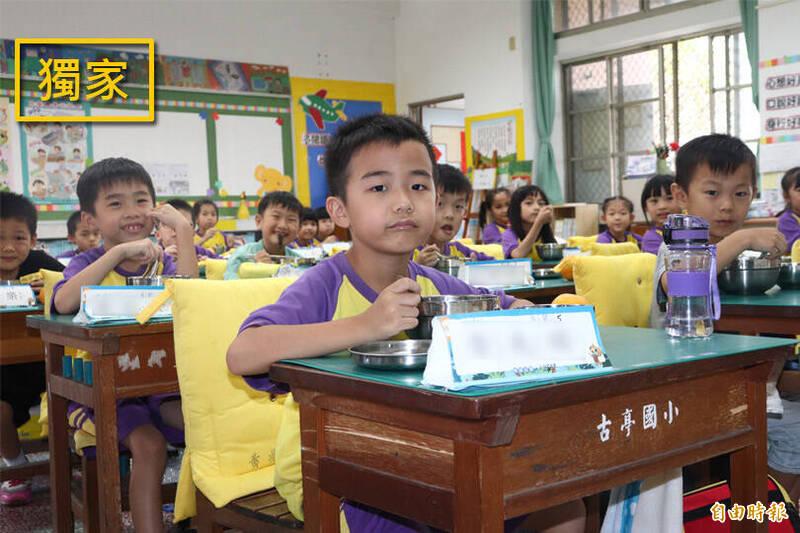 行政院長蘇貞昌拍板同意,自110年起國中小營養午餐使用3章1Q國產食材者,每人每餐獎勵費用由3.5元提高至6元,總預算將從原本12億增加8億元至20億元。(資料照)